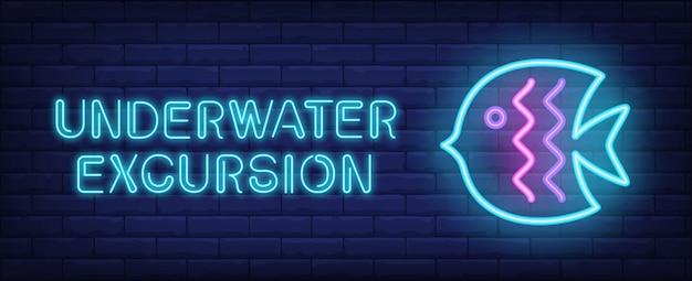 Unterwasserexkursion im neon-stil. text und blauer fisch auf backsteinmauerhintergrund.