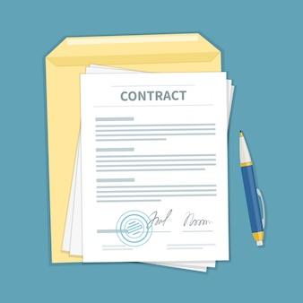 Unterzeichnete einen vertrag mit stempel, umschlag, stift.
