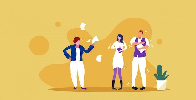 Unzufriedene chefin wirft papierdokumente, die auf frustrierte arbeiterpaare schreien, schlechtes jobkonzept, wütender arbeitgeber, der mitarbeiterskizze horizontal in voller länge schreit