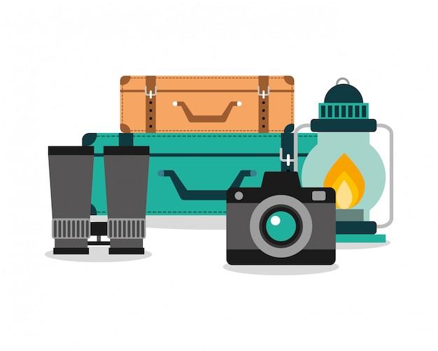 Urlaubsausrüstung set kamera gepäck lampe und fernglas