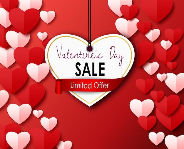 Valentinsgrußtagesverkaufsplakat mit papierausschnittherz auf einem roten hintergrund