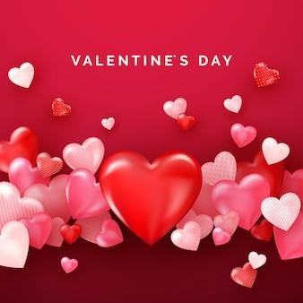 Valentinskarte mit roten glänzenden herzen