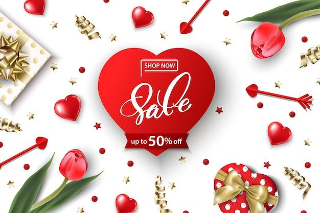 Valentinstag-verkaufs-web-bannerdraufsicht auf die komposition mit roten tulpen der geschenkbox, roten funkelnden herzen