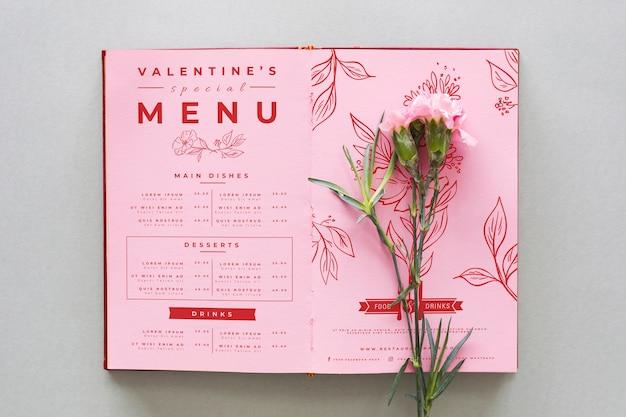 Valentinstagmenü mit gartennelkenblumen