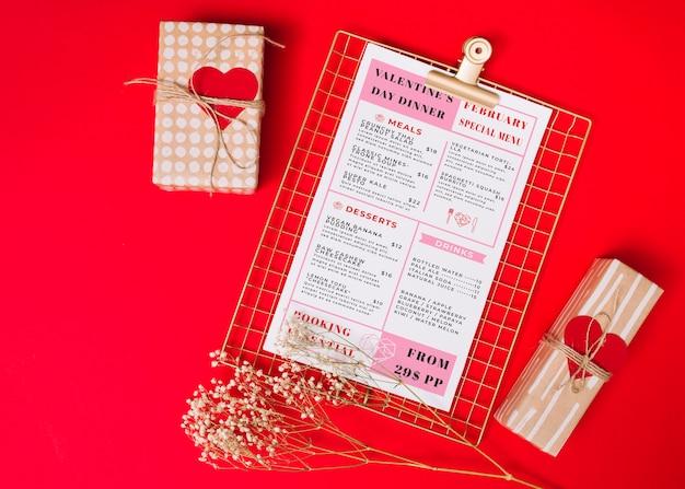Valentinstagmenü und eingewickelte geschenke