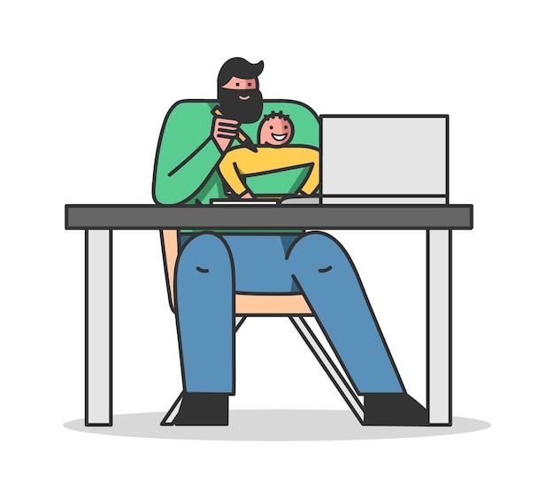 Vater hilft seinem kleinen sohn, einen kurs online-selbstbildung zu lernen