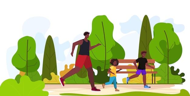 Vater läuft mit kleinen kindern eltern vaterschaftskonzept vater verbringt zeit mit seinen kindern im stadtpark horizontal in voller länge