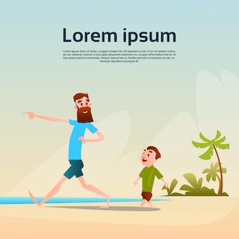 Vater mit sohn auf strand-küsten-ferien-sommerferien