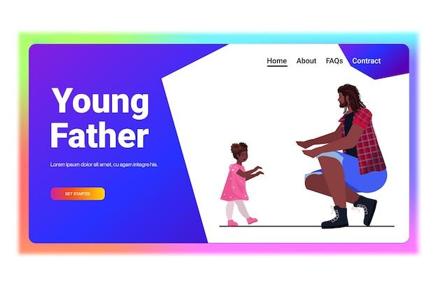 Vater spielt mit kleiner tochter eltern vaterschaftskonzept vater verbringt zeit mit seinem kind horizontal in voller länge