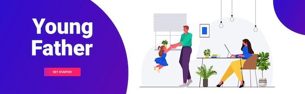Vater spielt mit kleiner tochter mutter sitzt am arbeitsplatz elternschaft vaterschaftskonzept freundliche familie, die zeit zusammen zu hause in voller länge horizontale kopie raum vektor-illustration verbringen