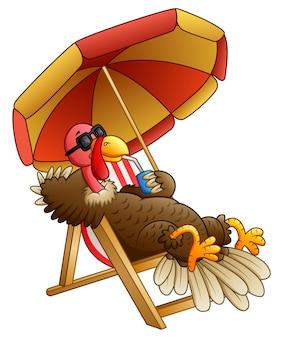 Vector illustration des karikaturtruthahnvogels, der auf strandstuhl sitzt