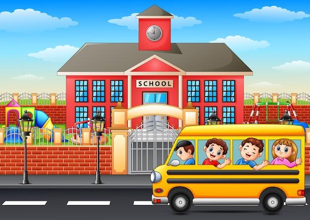 Vector illustration von den glücklichen kindern, die zur schule mit schulbus gehen