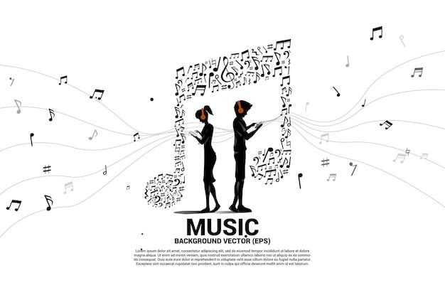 Vector mann und frau tragen handy und kopfhörer mit musiknotentanzfluss. konzepthintergrund für online-streaming-musik.