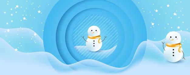 Vector weihnachtswinterlandschaft mit bäumen, häusern, schneemann, sternen, hirschen und schnee im 3d-stil. festlicher geschichteter hintergrund mit 3d-podium. weihnachts- oder neujahrs-display-produktverkaufsbanner