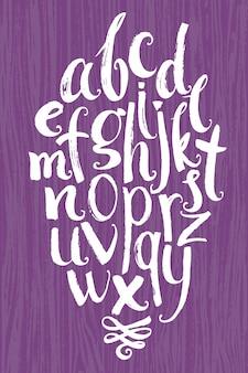 Vektor-alphabet. weiße buchstaben geschrieben mit einer bürste auf einem hölzernen hintergrund