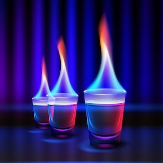 Vektor brennende cocktailschüsse mit farbigem feuer und blauer, roter hintergrundbeleuchtung lokalisiert auf verschwommenem dunklem beleuchtetem hintergrund