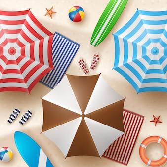 Vektor-sommerferien-illustration mit strandball, palmblättern, surfbrett auf strandsand.