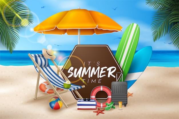 Vektor-sommerferien-illustration mit strandball, palmblättern, surfbrett und typografie-brief auf blue ocean landscape.