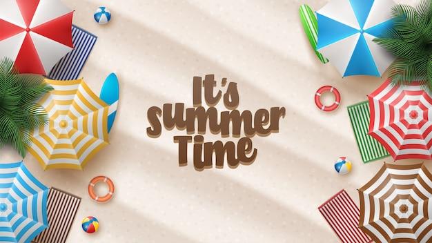Vektor-sommerferien-illustration mit strandball, palmblättern, surfbrett und typografie-brief auf strandsand.