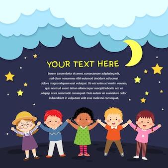 Vektorkarikatur glückliche kinder, die hände auf nachthintergrund im papierschnittstil halten. platz für text.