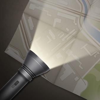 Vektorkarte mit tasche auf taschenlampen-draufsicht auf dunklem tisch gedreht