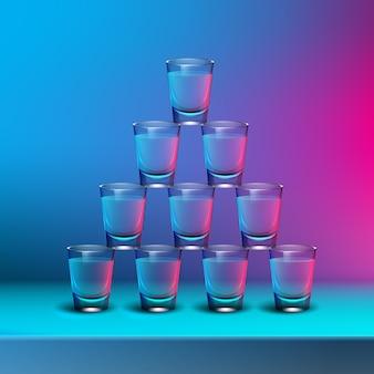 Vektorpyramide von transparenten alkoholischen aufnahmen mit blauen, rosa hintergrundbeleuchtung auf unscharfem farbigem hintergrund