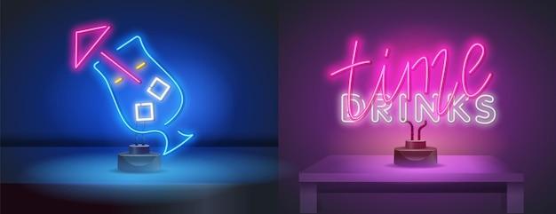 Vektorrealistische isolierte leuchtreklame von drinks time-schriftzug für dekoration und verkleidung auf dem wandhintergrund neon-symbol für die leiste. cocktail im neon-stil für ihr design