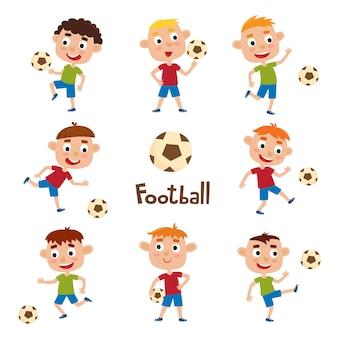 Vektorsatz der kleinen jungen, die fußball im karikaturstil lokalisiert auf weiß spielen
