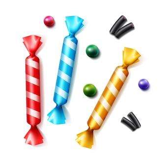 Vektorsatz verschiedener verstreuter bonbons in gestreifter bunter gelber, blauer, roter folienverpackungs-draufsicht lokalisiert auf weißem hintergrund