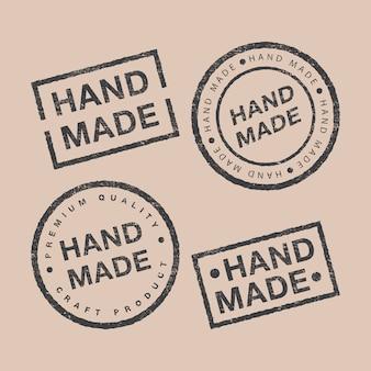 Vektorsatz von linearen abzeichen und logo-designelementen für handgemachtes in flachem design auf braunem hintergrund
