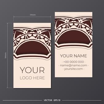 Vektorvorlage für die druckgestaltung von visitenkarten in beige farbe mit luxuriösen mustern. bereiten sie eine visitenkarte mit einem platz für ihren text und einem abstrakten ornament vor.