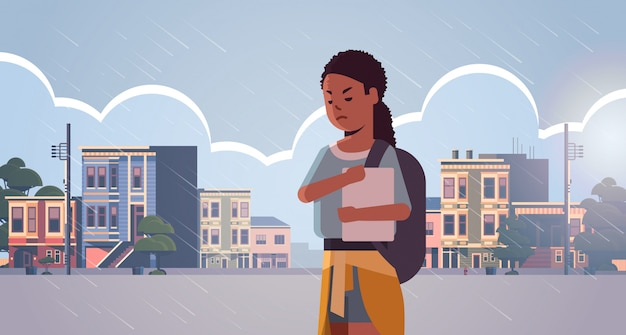Verärgert einsame studentin, die buch hält