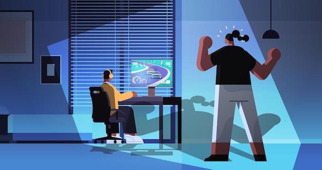 Verärgerte mutter, die den virtuellen spieler des sohnes schreit, der videospiel auf computerjunge in den kopfhörern spielt, die vor der horizontalen vektorillustration des monitornachtwohnzimmers in voller länge sitzen