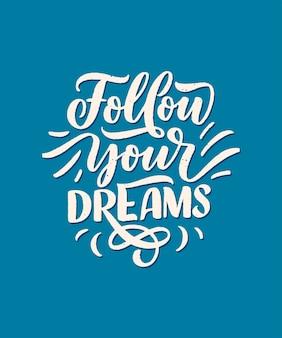 Verfolge deine träume. inspirierendes zitat mit beschriftungs- und dekorationselementen.