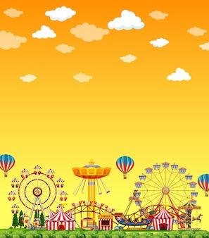 Vergnügungsparkszene am tag mit leerem gelbem himmel