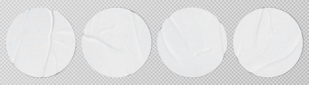 Verklebte, stark zerknitterte, zerknitterte papierbogenschablone, die graue hintergrundaufkleber realistische vektorillustration verspottet