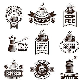 Verschiedene etiketten für kaffeehaus festgelegt. bilder von tassen kaffee und koffeinbohnen