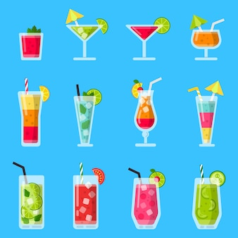 Verschiedene frische säfte und cocktails.