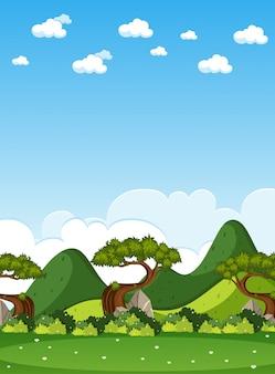 Vertikale naturszene oder landschaftslandschaft mit waldblick und leerem himmel am tag