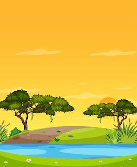 Vertikale naturszene oder landschaftslandschaft mit waldflussansicht und gelbem sonnenuntergangshimmelblick