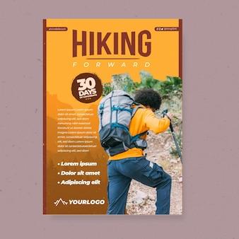 Vertikale plakatschablone mit männlichem rucksacktouristen