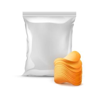 Vertikale versiegelte folienplastiktüte für verpackungsdesign mit stapel knuspriger kartoffelchips nahaufnahme isoliert auf weißem hintergrund