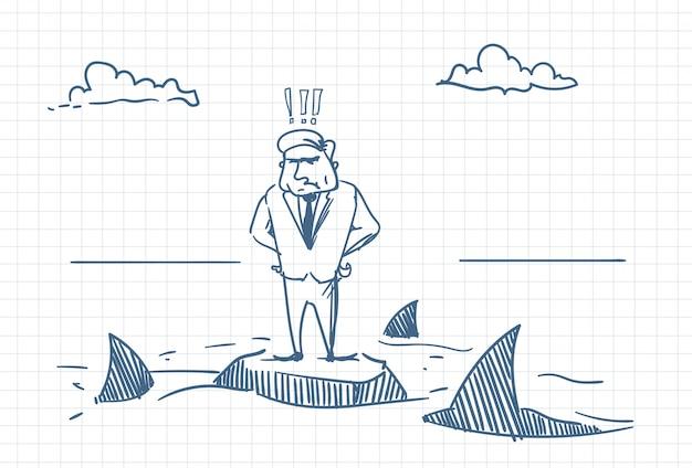 Verwirrtes geschäftsmann-gekritzel, das auf felsen mit haifischen um gefahren-und krisen-konzept steht
