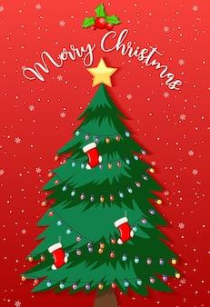 Verzierter weihnachtsbaum mit frohen weihnachtstext