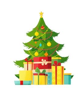Verzierter weihnachtsbaum mit verschiedenen geschenkboxen darunter.