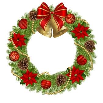 Verzierter weihnachtskranz mit weihnachtssternblumen, tannenzapfen und weihnachtskugeln