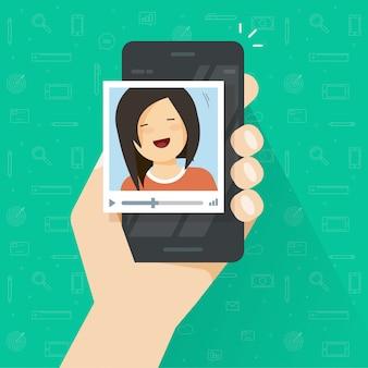 Videoanruf auf dem smartphone oder mädchen, die über flache karikatur des handyvektors nennen