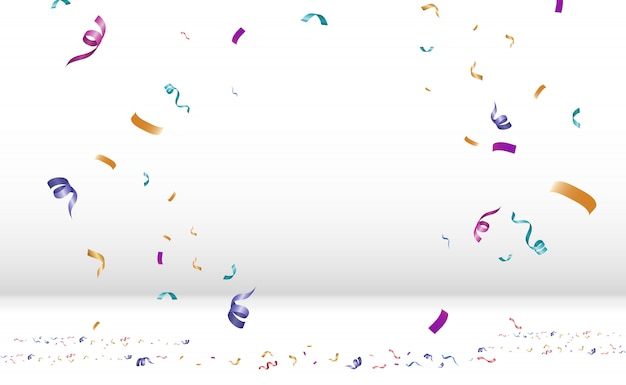Viele bunte kleine konfetti und bänder auf transparentem hintergrund. festliche veranstaltung und party. mehrfarbiger hintergrund. bunte helle konfetti isoliert auf dem podium.