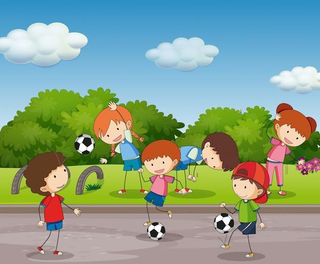 Viele kinder, die fußball im garten spielen