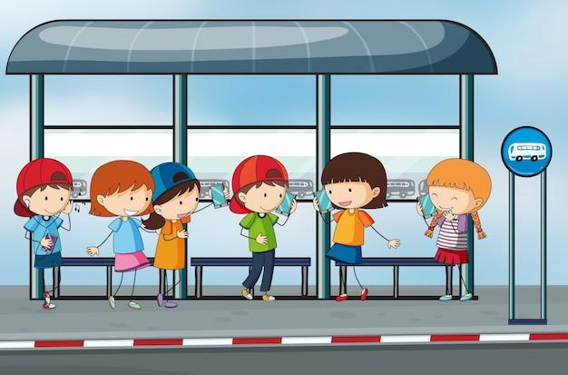 Viele leute warten an der bushaltestelle
